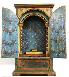 Oratório mineiro de esmoler, base de calvário sec. XVIII, em madeira com policromia original externe