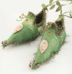 Fairy Shoes Green Gold belong to Apple Blossom Twinkle pixie elf - kvinnersko Fairy Shoes, Fairy Clothes, Fairy Dress, Fairy Land, Faeries, Art Dolls, Pixies, Creations, Crafts