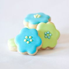 mini flower cookies (link does not lead to original source and/or tutorial).