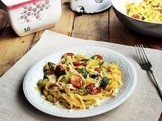 Cukkinis tészta receptje kolbásszal   Mindmegette.hu Wok, Pasta Salad, Main Dishes, Spaghetti, Appetizers, Ethnic Recipes, Crab Pasta Salad, Main Course Dishes, Entrees