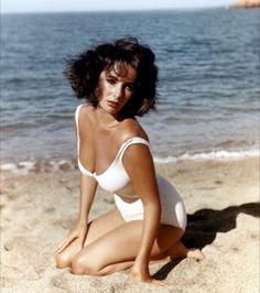 Elizabeth Taylor nous prouve, d'ailleurs, que le monokini peut être très glamour
