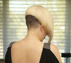bleached blonde with dark nape Shaved Bob, Shaved Undercut, Undercut Bob, Shaved Nape, Shaved Sides, Shaved Head, Short Wedge Hairstyles, Girls Short Haircuts, Bob Hairstyles