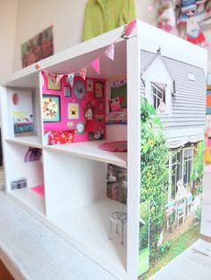 cute diy dollhouse from a bookshelf (with wallpaper! Recycled Furniture, Doll Furniture, Dollhouse Furniture, Girls Dollhouse, Dollhouse Dolls, Kids Pop, Doll Home, Ikea, Barbie Doll House
