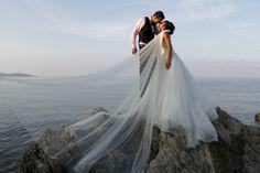 Satisfacer a los clientes que le confían su reportaje de bodas es lo que motiva a Sébastien Delacrose, quien siempre busca conseguir imágenes auténticas, personales y originales. Un enfoque muy diferente al catálogo habitual de fotografía de bodas.