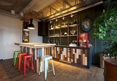 Restaurante Vintage con Estilo. En Ünik diseñamos locales comerciales, restaurantes y bares de estilo vintage e industrial como este. En Ünik tenemos todos los muebles necesarios y si no, !los inventamos!