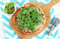 Puszysta pizza z rukolą i domowym pesto