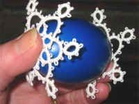 Occhi-Osterei1 Easter Projects, Projects To Try, Needle Tatting Patterns, Christmas Bulbs, Christmas Decorations, Tatting Earrings, Tatting Tutorial, Tatting Lace, Egg Decorating