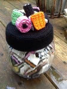 Engelse drop haken - Bing Afbeeldingen Crochet Cozy, Diy Crochet, Crochet Hats, Crochet Designs, Crochet Patterns, Crochet Jar Covers, Jar Lids, Jar Crafts, Pin Cushions