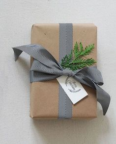 18 Brown Paper Christmas Gift Wrapping Ideas - isabella home Corporate Christmas Gifts, Christmas Gift Bags, Christmas Ribbon, Holiday Gifts, Christmas Ideas, Kraft Paper Christmas Wrapping, Brown Paper Wrapping, Creative Gift Wrapping, Wrapping Gifts