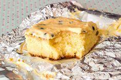 Bolo embruladinho no papel alumínio, fica bem geladinho. Receita de liquidificador. Bolo Gelado de Mousse de Maracujá. Pasta, Cake Pops, Camembert Cheese, Sweet Tooth, Sweet Treats, Deserts, Food Porn, Muffin, Pie