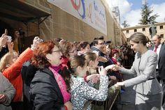 Su Majestad la Reina Letizia saluda a las personas presentes en el exterior del Paraninfo de las Escuelas Mayores de la Universidad de Salamanca. Paraninfo de las Escuelas Mayores de la Universidad de Salamanca, 05.04.2016