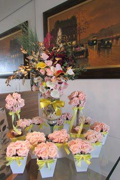 valor R$ 500,99 corresponde:  -12 vasinhos centro de mesas para seus convidados! com 6 rosas cor-de-rosa e fita amarelo-bebê num vaso branco MDF mede 11x15 cm.alt. acompanha folhagem verde para espalhar em casa mesa dos seus convidados!  2 topiaras em e.v.a TOQUE APARÊNCIA E TEXTURA DE UMA ROSA REAL, PARA TODOS OS ARRANJOS DESTE LINDO E DELICADO KIT! contém 12 rosas grandes, vaso branco MDF mede 11x35 cm.alt.  1 linda taça de flores diversas, folhagem verde desidratada,copos de leite,aprox…
