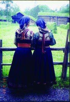 Beltestakk gjennom 200 år - Magasinet BUNAD Traditional Dresses, Norway, Victorian, Diy, Fashion, Hipster Stuff, Store, Moda, Bricolage
