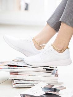 Einfache weiße Sneakers pimpen. Wir zeigen dir 5 coole DIY-Ideen.