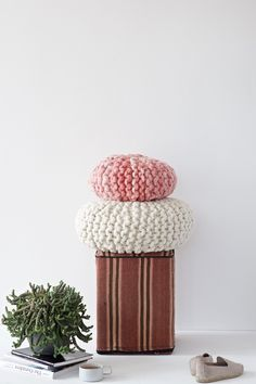 DIY Tutorial for a chunky knitted round pillow with short rows and kitchener… Diy Crochet And Knitting, Crochet Home, Easy Knitting Projects, Crochet Projects, Diy Yarn Bags, Round Pillow, Crafts To Make And Sell, Chunky Yarn, Diy Pillows