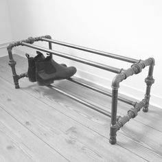 Schuhregal aus Stahlrohr // Steel pipe shoe rack