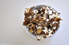Make movie night just a bit more fun with this easy Smores Popcorn Bark recipe! It will be a hit! Chocolate Popcorn, Chocolate Chips, Yummy Treats, Sweet Treats, Snack Recipes, Snacks, Fast Recipes, Bark Recipe, Holiday Candy