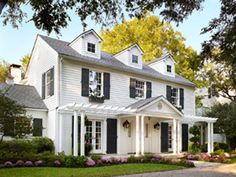 Ideas house styles exterior colonial porticos for 2019 Colonial House Exteriors, Colonial Exterior, Colonial Style Homes, Exterior House Colors, Colonial House Remodel, Exterior Design, Colonial Front Door, Modern Colonial, Exterior Shutters