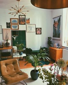 Modern mid-century living room that brings your home to life with a new, distinctive interior style - pinentry.top - Modern mid-century living room that revitalizes your home with a new, distinctive interior style, # - Retro Home Decor, Easy Home Decor, Home Decor Bedroom, Living Room Decor, 70s Bedroom, 70s Decor, Vintage Decor, Living Room 60s, Living Room With Plants