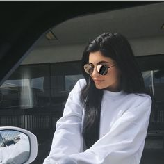 If you got your hands on a Kylie Metallic Lip Colour - or you found yourself a dupe - here are some matching sunglasses to finish off your summer Kylie look! Kourtney Kardashian, Kardashian Jenner, Kylie Jenner Instagram, Kendall And Kylie Jenner, Perfect Eyebrows, Jenner Sisters, Models, Designer, Celebs