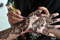 Mehendi Designs and Types. I personally love mehendi designs and I can carry mehendi on my hands daily if I had to. sharing types of mehendi designs and the occasions on which they can be worn Pakistani Mehndi Designs, Eid Mehndi Designs, Latest Arabic Mehndi Designs, Stylish Mehndi Designs, Mehndi Designs For Girls, Bridal Henna Designs, Beautiful Mehndi Design, Mehndi Images, Arabic Design