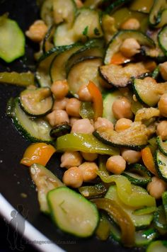 Chick peas, zucchini, pepper and cilantro Vegetarian Soup, Vegetarian Recipes, Veggie Recipes, Healthy Dinner Recipes, Vegan Dinners, Going Vegan, Food Inspiration, Love Food, Zucchini