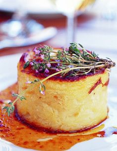 Duck Confit Parmentier for 8 people - Recipes Elle à Table Bistro Food, Pub Food, Gourmet Recipes, Cooking Recipes, Salty Foods, Food Design, Food Plating, Food Inspiration, Carne