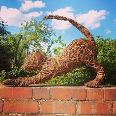 Willow Weaving, Basket Weaving, Rama Seca, Willow Garden, Wood Craft Patterns, Amarillis, Outdoor Sculpture, Garden Ornaments, Environmental Art