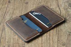Handgefertigter Leder Karten Etui Portemonnaie Geldbeutel minimalistisch schlank dunkel braun individualisierbar premium vintage von NovoLederwaren auf Etsy