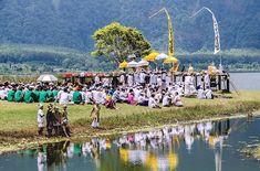 Ceremonia religiosa en el lago Bratan Bali. .................................................................................  Podéis seguir mis hashtags #sergiobejar o #vidacallejerafotos ------------------------------------------------------------------------------  #indonesia #Bali #travel #traveling #vacation #instatravel #trip #holiday #fun #mytravelgram #igtravel #yourshotphotographer  #tourism #instapassport
