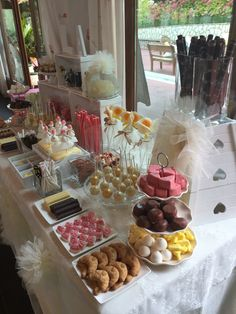 Pin de emelee arela en dessert buffet ideas candy table, can Party Food Themes, Casino Party Foods, Blue Wedding Cupcakes, Candy Bar Comunion, Sweet Table Wedding, Cookie Table, Sweet Corner, Candy Cookies, Dessert Buffet