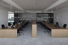 「黑白簡約的辦公大樓」 這棟辦公大樓位在阿姆斯特丹舊港口旁,建築師充分利用所在位置的優勢,將建築物以「完全開放的外立面」構成,讓在此工作的空間使用者能夠隨時觀賞附近港口碼頭的美景。而外立面的大型玻璃窗為了避免玻璃牆面反光而無法觀賞外部風景,特別設計成像是輪船駕駛室一般呈現特殊的角度。 在室內設計的部分,為符合清水混凝土牆壁結構的風格,以深色家具、灰色吸音天花板、橡木桌作為搭配,此外,將貫穿建築的走廊從天花板到地板都漆成黑色。維持簡約調性之餘,同時也區分了不同功能的空間性質。 由i29室內設計與VMX建築事務所共同合作,官網: i29 http://www.i29.nl/ VMX http://www.vmxarchitects.nl/ (Photo from dezeen)