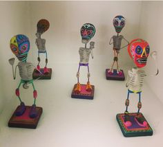 Barro Policromado, trabajo hecho a mano por artesanos de Izucar de Matamoros, Puebla!  #arte #artelocal #artesanal #decoracion #accesoriodecasa #colores #hechoamano #hechoenmexico #tesoros #velas #comerciojusto #puebla #objetosconalma Polychrome Clay, handmade work by artisans from Izucar de Matamoros, Puebla! #localart #localartist #handmade #madewithlove #fairtrade #colors #decor #homeaccessories #homedecor #supportlocal #shoplocal #candles #supporthandmade #squeletons #objectswithsoul