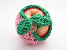 Apple Cozy :: Free Crochet Apple Patterns Roundup on Moogly! Grannies Crochet, Crochet Cozy, Love Crochet, Crochet Gifts, Diy Crochet, Crochet Hooks, Yarn Projects, Crochet Projects, Crochet Apple