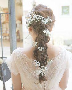 * かすみ草×お婆ちゃんの髪かざり * * * 前撮りではsuzuのcherryのドレスにかすみ草をひょこひょこつけました ( ˊᵕˋ ) 彼のヘアアレンジは 3本の三つ編みを編み込んでゆるーくくずしてあるそうです* 当日もヘアスタイルはほとんど同じでお花は別のもので♡ * suzuのドレスのお写真はどこから撮っていても可愛くって、、、 このお写真も繊細なレースやビーズの部分が残っていてお気に入りです♡ * これからsuzuを着られる花嫁さまを見るのがとっても楽しみ(*^^*) #maisonsuzu#ウェディングドレス#wedding#ヘアアレンジ#かすみ草#結婚式#プレ花嫁卒業#プレ花嫁サポート#プレ花嫁#花卒#cherryのドレス#エスプリ#ウェディングフォト#weddingphoto#babiesbreath #ウェディングヘアー #weddingtbt#weddinghair
