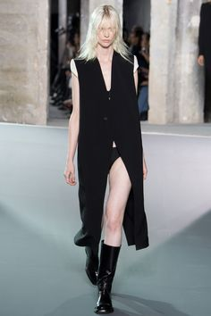 The complete Rick Owens Spring 2016 Ready-to-Wear fashion show now on Vogue Runway. Fashion Week Paris, Monochrome Fashion, Minimal Fashion, Catwalk Fashion, Fashion Show, Fashion Design, Women's Fashion, Spring Summer 2016, Spring Summer Fashion