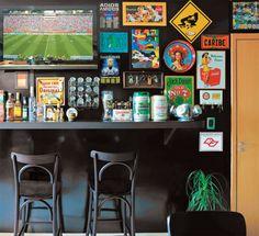 """As paredes cobriram-se de acessórios criativos e a ambientação ganhou o aval dos amigos, que nos fins de semana sabem onde curtir jogos de futebol, tomar cerveja e ouvir música. A quem fica tentado a fazer o mesmo, o casal dá a dica: """"Defina uma linha de decoração e evite pendurar de tudo para não perder o foco""""."""