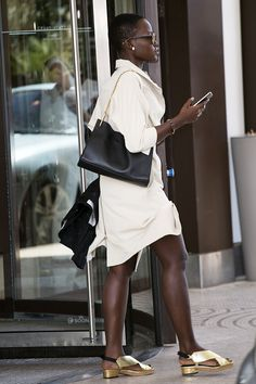 Lupita Nyong'o in a shirtdress with metallic sandals. Queen Fashion, Fashion Beauty, This Girl Can, Classic Chic, Soft Classic, Metallic Sandals, Urban Chic, Weekend Outfit, Urban Outfits
