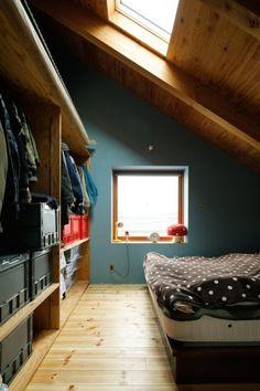 天窓のある寝室。壁には里奈さんと玉葵ちゃんがポーターズペイントを塗った。