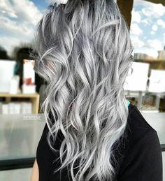 graue tönung, mittellange lockige silberne haare, schwarzes t shirt