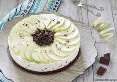 La ricetta della Cheesecake ricotta e pere e cioccolato, una torta fredda fresca e golosa, senza cottura e senza forno, dal sapore delicato.