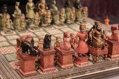 Jogo de xadrez do Rajastão, início do século XIX. Tabuleiro de marfim indiano filigranado, meados do século XIX Peças de marfim indiano Rei: 10 cm de altura Tabuleiro: marfim e metal Tamanho: 46 x 46 cm Foto:...