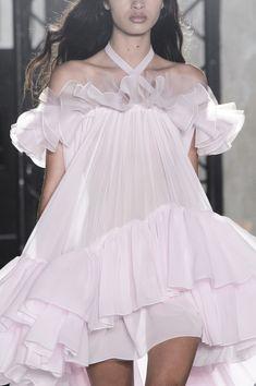 Giambattista Valli at Paris Fashion Week Spring 2018 Giambattista Valli at Paris Fashion Week Spring 2018 - The Most Mesmerizing Runway Details at Paris Fashion Week - Photos New Fashion Clothes, Look Fashion, High Fashion, Fashion Show, Fashion Dresses, Fashion Design, Lolita Fashion, Fashion Week Paris, Runway Fashion