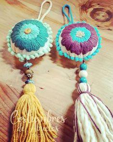 HOY SHOWROOM DE 19.00 A 21.00...MIRÁ QUE LINDOS COLGANTES TE ESPERAN!!! DIRECCIÓN POR PRIVADO Hand Embroidery Videos, Hand Embroidery Patterns, Embroidery Thread, Crochet Patterns, Felt Crafts, Crafts To Sell, Needlework, Knit Crochet, Weaving