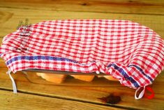 Best Photo Easy Diy No-Sew Gingham Bowl Cover Strategies Tiles are considered insensitive and easy to clean. It is therefore not without reason that they ar Window Cleaning Tips, Diy Home Cleaning, Bathroom Cleaning Hacks, Cleaning Wood, Household Cleaning Tips, Cleaning Recipes, House Cleaning Tips, Deep Cleaning, Grout Cleaning