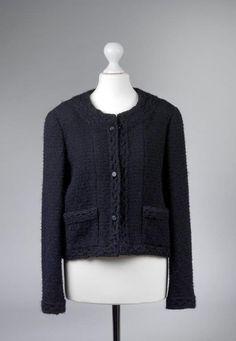 Chanel Auktion Lot 140: Chanel Blazer aus der Autumn Collection 1998, schwarzer Wollbouclé, französische Größe 40 (entspricht der deutschen Größe 38) Ärmellänge außen 58 cm, Rückenlänge 45 cm. Mehr Information auf der Website