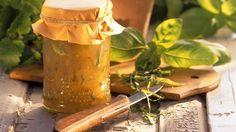 Reife Stachelbeeren schmecken total süß. Kombiniert man dies süße reife Stachelbeere mit dem pfeffrigen Geschmack des Basilikums und der Säure der Zitronenmelisse, ist ein richtiger Gaumenkitzel kreiert: Stachelbeerkonfitüre mit Zitronenmelisse und Basilikum  http://eatsmarter.de/rezepte/stachelbeerkonfituere-6