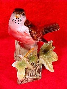 Vintage-Majolica-Red-Breasted-Robin-Bird-on-Tree-Stump-with-Leaves-c-1940-1960