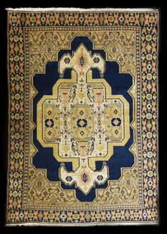 Tappeti antichi di fine '800 primi '900 caucasici persiani anatolici. Bohemian Rug, Rugs, Home Decor, Trendy Tree, Farmhouse Rugs, Decoration Home, Room Decor, Home Interior Design, Rug