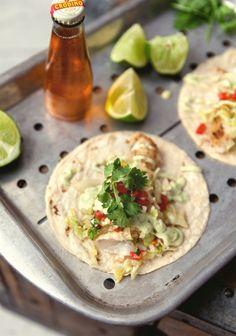 Tacos de poisson, mayonnaise à l'avocat & autres accompagnements